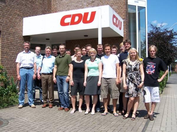 v.l.n.r. Dr. Hermann Paßlick, Heiner Triphaus, Thomas Kerkhoff und die weiteren Mitglieder des JU-Kreisvorstandes