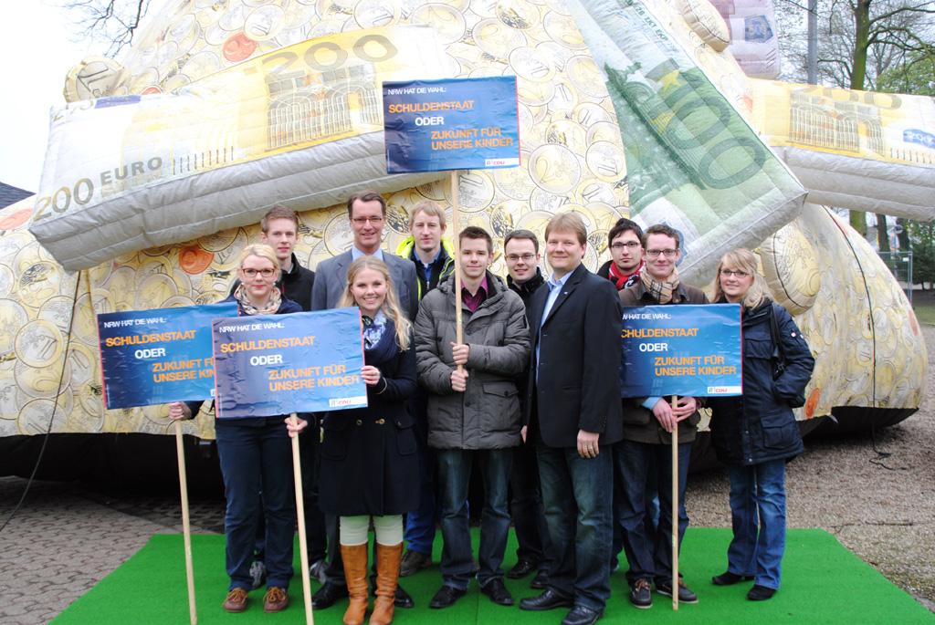 JU-Mitglieder aus dem Kreis Borken vor dem rot-grünen Schuldenberg