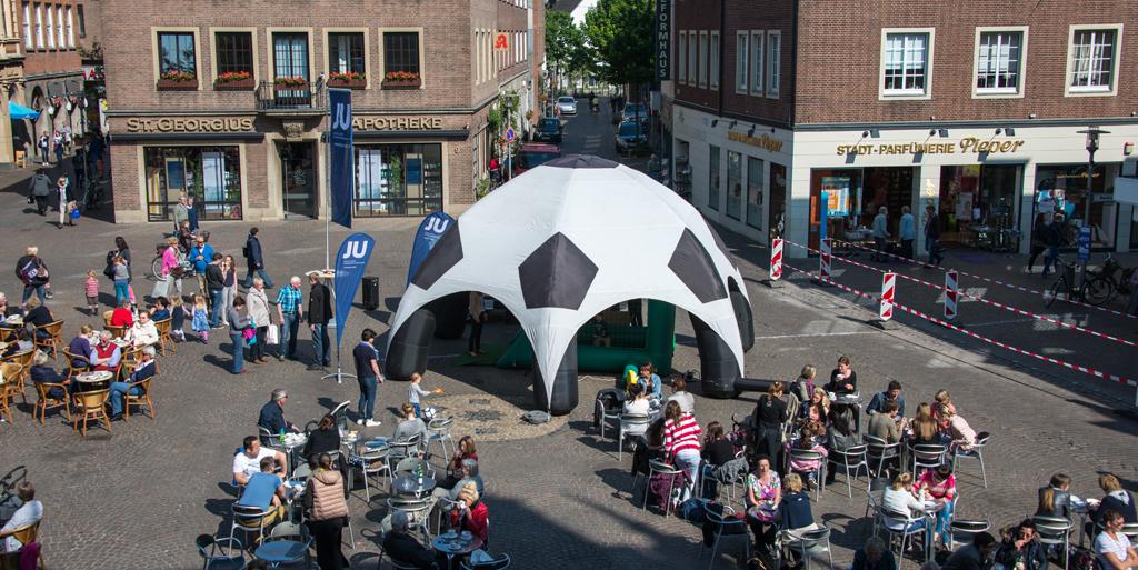 Das Wahlkampfmobil der Jungen Union NRW auf dem Bocholter Marktplatz